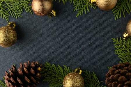 Christmas background template with frame of fir branches and christmas ornament in blue texture background. Flat lay, top view Foto de archivo - 121399594