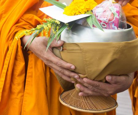 limosna: Los budistas tienen fe en el budismo. dar limosna a los monjes reciben limosnas