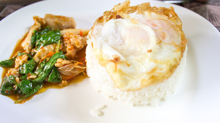 santa cena: Basilio Fried Chicken y un huevo frito comida tailandesa