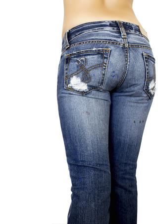 jeans apretados: piernas de la mujer posando con pantalones vaqueros aislados en un fondo blanco