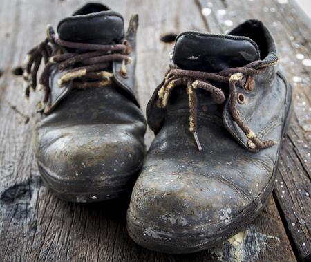 zapatos de seguridad: Zapatos de seguridad, zapatos viejos sucios de los trabajadores Foto de archivo