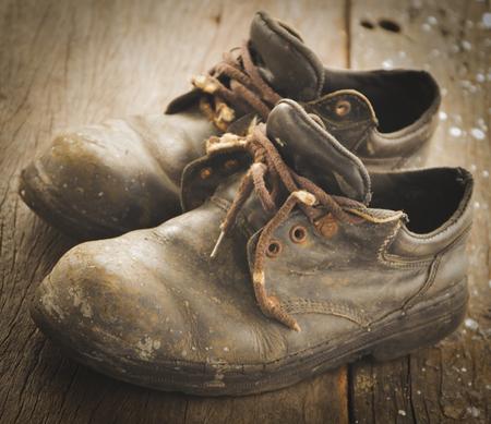 calzado de seguridad: Zapatos de seguridad, zapatos viejos sucios de los trabajadores Foto de archivo