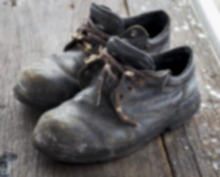 calzado de seguridad: Zapatos de seguridad de edad, los zapatos sucios de los trabajadores, Imagen borroneada