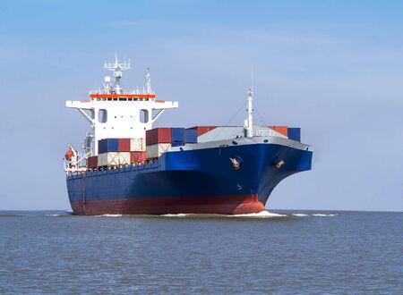 Logística y transporte de buque de carga internacional de contenedores