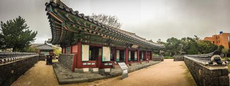 oficina antigua: Vista panorámica de Jeju Mokgwana, la vivienda más antigua en Jeju para la antigua oficina del gobierno central, donde el Período Joseon Magistrado de Jeju 1992-10