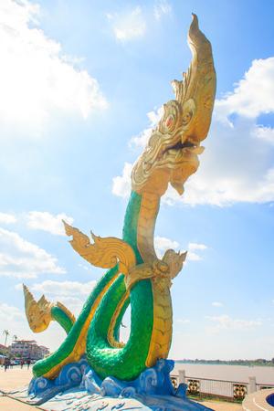 polea: Amazing Naga Escultura en el Mekong Riverside Walking Street en Nongkhai, Tailandia