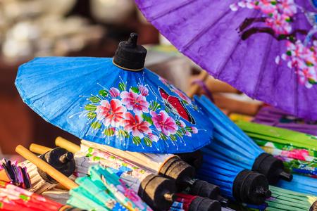 북부 태국에서 현지 시장에서 판매를위한 아름 다운 수공 우산. 스톡 콘텐츠