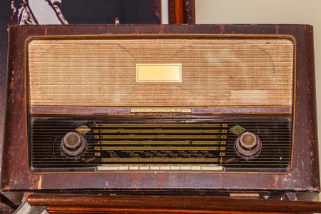 Receptor de radio de FM vintage antiguo desde el período de la Segunda Guerra Mundial.