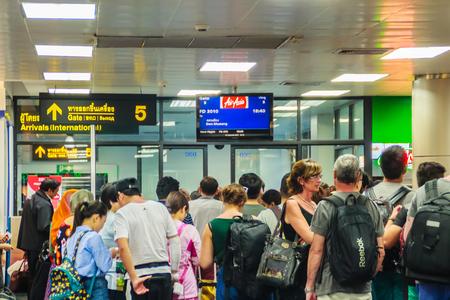プーケット国際空港、タイでの夜のフライトの搭乗時間を待っている乗客のプーケット, タイ - 2017 年 2 月 21 日: 後チェックで群衆。