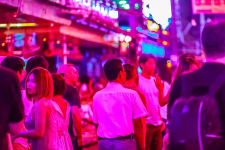 Bangkok, Thailand - 21. Februar 2017: Tourist besuchte Soi-Cowboy, international bekannt als Bezirk des roten Lichtes im Herzen von Bangkoks Sexindustrie. Nachtleben in Soi Cowboy, Bangkok, Thailand.