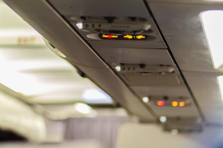 No Fumar y Sujetar Cinturón de Seguridad Signo Dentro de un Avión. Asegure el cinturón de seguridad y el letrero de no fumar en los aviones