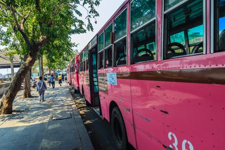Bangkok, Thailand - Maart 2, 2017: Roze buslijn nummer 8, uitgangspunt van de herdenkingsbrug (Saphan Phut) aan Gelukkig Land, Minburi. Bus nummber 8 lijn is beroemd van snel en snel in Bangkok.