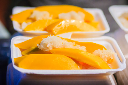 もち米と新鮮なフルーツ ジュース マンゴーは、カオサン通りナイト マーケット、バンコク、タイで人気のあるストリート食品です。 写真素材