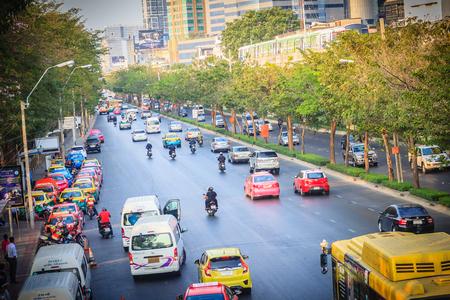 バンコク, タイ王国 - 2017 年 3 月 8 日: トラフィック Mochit BTS スカイトレイン駅や MRT チャトゥ チャック駅のパホヨティン交差点、バスやタクシーを