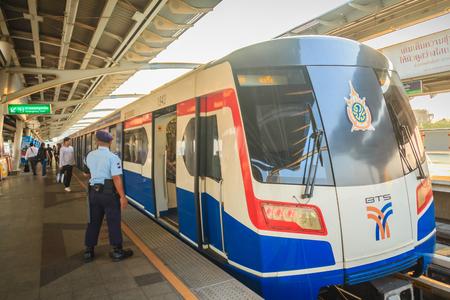 guardaespaldas: Bangkok, Tailandia - 8 de marzo de 2017: Guardia de seguridad no identificado en el tren del skytrain de BTS en la estación de tren de cielo de Mochit BTS en Bangkok, Tailandia. Editorial