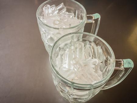 Kleiner Kühlschrank Eiswürfel : Kühlschrank macht frische saubere eiswürfel. lizenzfreie fotos