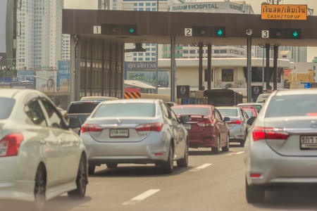 バンコク、タイ - 2017 年 5 月 23 日: 車は、高速道路、有料道路のキューに置かれたまたは高速道路のゲートには通行料金を支払います。