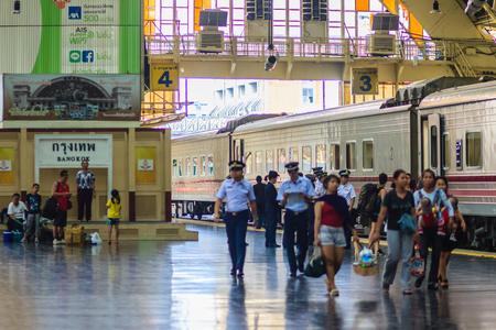 Bangkok, Thailand - April 23, 2017: De treinen van landelijke provincies aangekomen het Station van Bangkok met de passagiers komen werken in deze hoofdstad. Redactioneel
