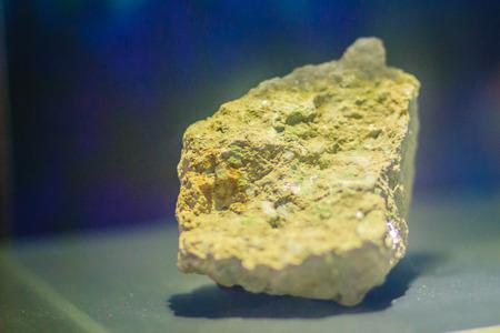 채광 산업에서 Autunite (수산화 칼슘 uranyl 인산염) 견본 돌. Autunite는 48.27 %의 적당한 우라늄 함량을 가지고있어 방사성이며 또한 우라늄 광석으로 사용
