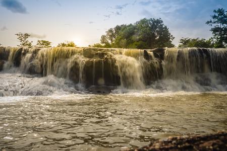 """수영을위한 이국적인 작은 폭포라는 """"Tadton 폭포""""우본 랏차 타니, 태국. 이 캐스케이드는 영화 화면과 같이 큰 물줄기가있는 커다란 암석을 통과"""