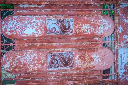 Weinleseneingangsgrilltur In Der Backsteinmauer Zwischen Grunen
