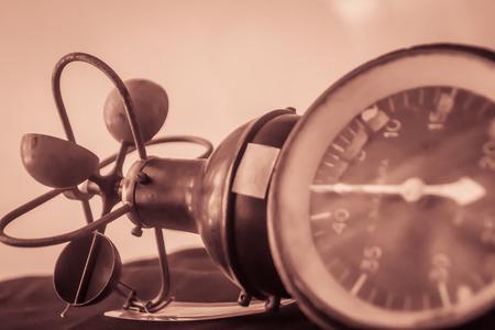 Antiguo anemómetro de copa hemisférico antiguo, un dispositivo utilizado para medir la velocidad del viento, y también es un instrumento de estación meteorológica común.
