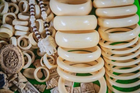 Souvenir e amuleti scolpiti in avorio per la vendita al mercato di confine tra Thailandia e Cambogia.