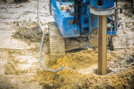 La máquina de perforación hidráulica está perforando agujeros en el sitio de construcción para trabajos de pilotes perforados. Los pilotes perforados son elementos de hormigón armado que se colocan en agujeros perforados, también conocidos como pilotes de reemplazo.