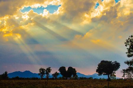 Raggio di sole che splende attraverso la nuvola nella valle. Tramonto di sera con i raggi del sole tra le nuvole.