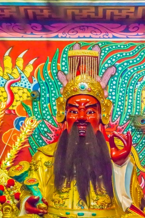 Beautiful golden Guan Yu statue in the public Chinese temple. Guan Yu is the god warrior in the Three Kingdoms period. Imagens