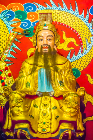 Statue of Liu Bei in the public Chinese Temple. Liu Bei founded the Kingdom of Shu and was regarded as a great statesman and strategist in the Chinese warrior from Romance of the Three Kingdoms novel. Imagens