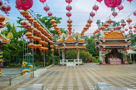 Beautiful Pattern of Chinese Red Lanterns Decorated between the pavilions at the public Chinese temple in the Celebrate of the Chinese New Year Festival. Imagens