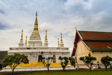 Beautiful landscape and white gold pagoda of Wat Jedyod, Chiang Rai, Thailand. Wat Chet Yot is a temple that has been renovated from the remains of an ancient temple. Archivio Fotografico