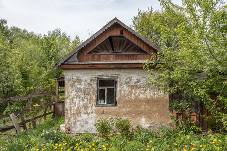Old abandoned small country house on the plot. Tula region. Russia Banco de Imagens - 123936912