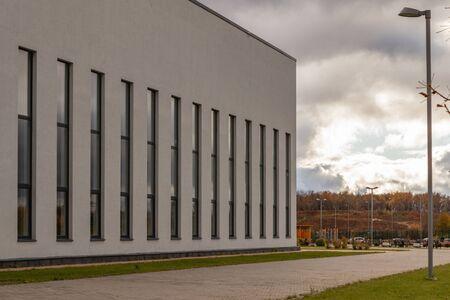 The appearance of a one-story modern school building Foto de archivo - 131788084