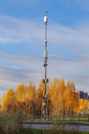 ordinary cellular antenna in the city, satellite communication, cell tower, blue sky and beautiful autumn nature. The concept of communication. Moscow Russia Stockfoto