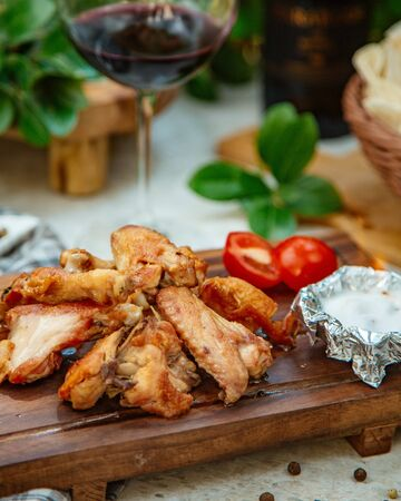 Roasted chicken wings with tomato Stockfoto