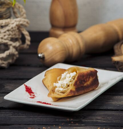 crepe wrap with cottage cheese in white platter 免版税图像