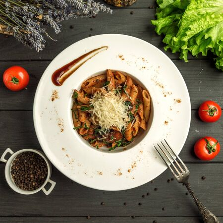 penne pasta with tomato sauce, beef and grated cheese Фото со стока - 134453780