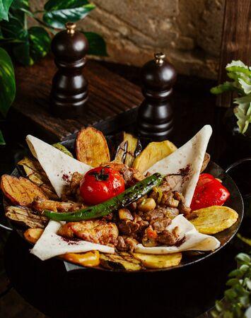 lamb saj with potato, aubergine, tomato, flatbread and pepper Stok Fotoğraf