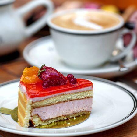 pyszny deser twarogowy pokryty galaretką jagodową