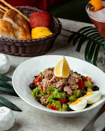 vegetable salad topped with meat and lemon Stok Fotoğraf - 134747648