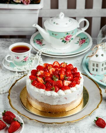 strawberry cheesecake with lots of strawberries on top Stok Fotoğraf - 134747659