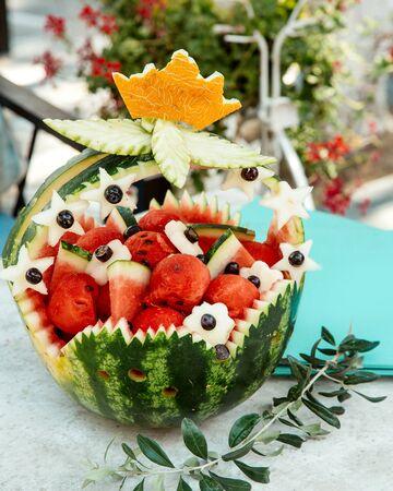 ornated watermelon basket with watermelons pieces Stok Fotoğraf - 134747511