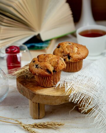 muffin with raisins and a cup of black tea 版權商用圖片 - 134747247