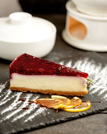 berry cheesecake covered with berry gelatine Imagens