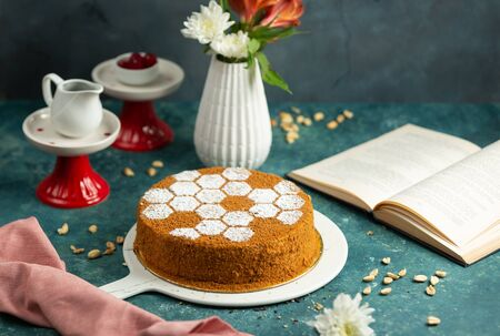 honey cake decorated with sugar powder in bee hive shape 版權商用圖片