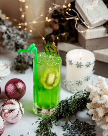 kiwi juice with sliced kiwi and ice inside 版權商用圖片