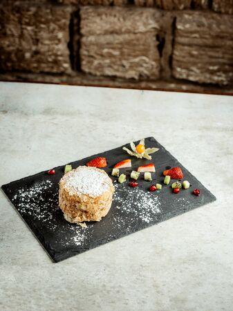 napoleon dessert with strawberry pieces 版權商用圖片
