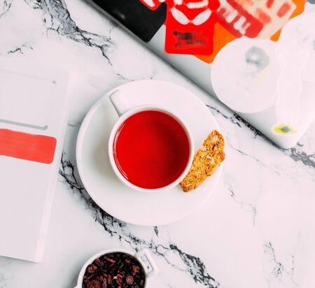red flower tea with side cookie 版權商用圖片